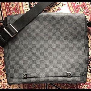 LOUIS VUIT Damier Graphite District Messenger Bag